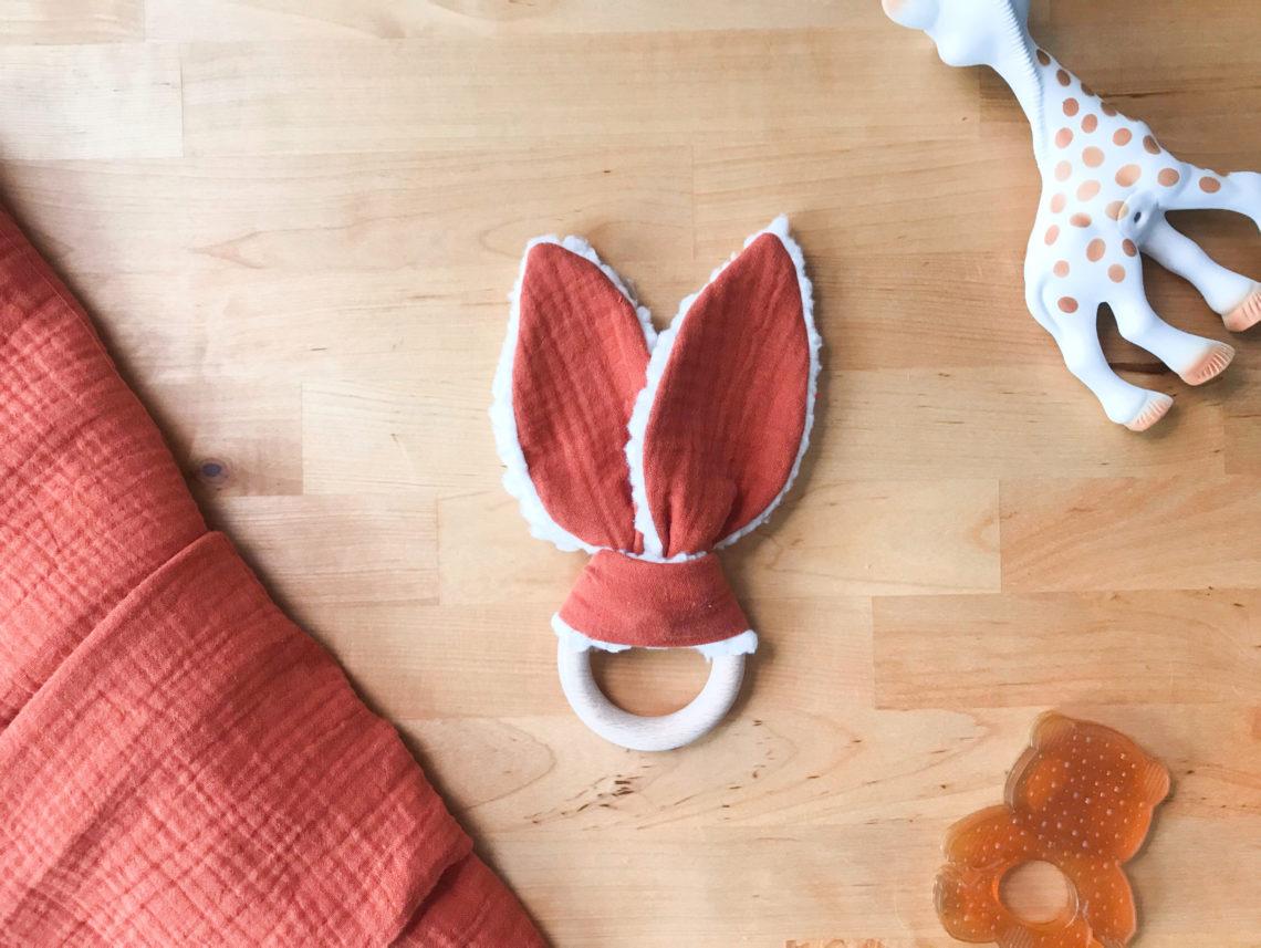 Ready pour la minute mignonnerie ? Cliquez ici pour découvrir le DIY du hochet lapin le plus doux et le plus cool du moment !