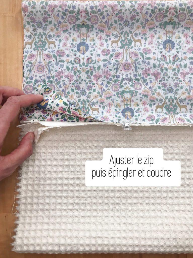 Ajustez votre zip pour qu'il soit parfaitement bord à bord avec les deux pans de tissu.