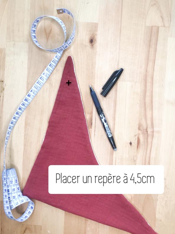 Réalisez un marquage à 4,5 cm des deux extrémités du bandana