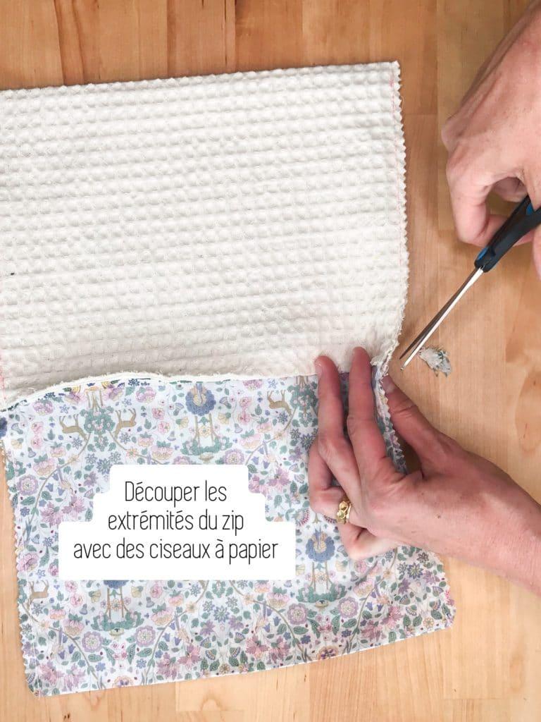 Découpez les extrémités du zip avec des ciseaux à papier.